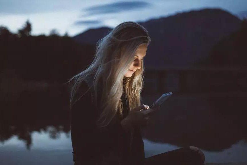 不回消息焦虑、秒回消息更焦虑?   摆脱手机的恶性掌控-心理学文章-壹心理